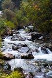 Secuencia de la montaña que fluye sobre rocas Imagen de archivo libre de regalías