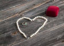 Secuencia de perlas y del anillo de compromiso imagen de archivo libre de regalías
