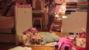 Secuencia de time lapse de juguetes móviles de la muchacha para hacer la cama en piso almacen de metraje de vídeo