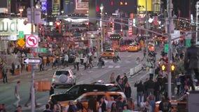 Secuencia de time lapse de tráfico en la noche en el Times Square NYC almacen de video