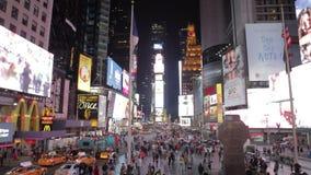 Secuencia de time lapse de tráfico en la noche en el Times Square NYC metrajes