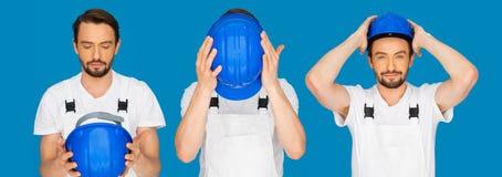 Secuencia de tres actitudes de un hombre que pone un casco de protección Imagen de archivo