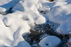 Secuencia del invierno Pequeño río del taiga en el invierno imagenes de archivo