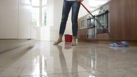 Secuencia del lapso de tiempo de piso de la cocina de la mujer que aljofifa almacen de video