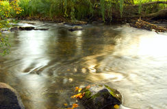 Secuencia del río del agua entre costa Imágenes de archivo libres de regalías