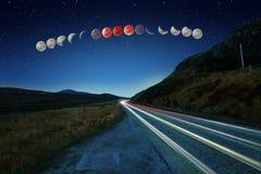 Secuencia estupenda del eclipse de la luna de la sangre azul y rastros del coche Fotografía de archivo