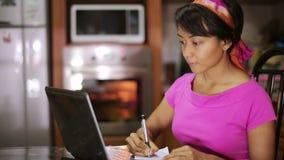 Secuencia principal: preparando y cocinando la cocina de la comida almacen de metraje de vídeo