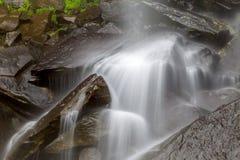 Secuencia que fluye en el movimiento sobre rocas Foto de archivo libre de regalías