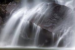 Secuencia que fluye en el movimiento sobre rocas Imagen de archivo