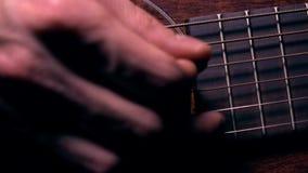 Secuencias conmovedoras de la guitarra de la mano del guitarrista Funcionamiento de la música vídeo de la cámara lenta metrajes