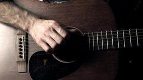 Secuencias conmovedoras de la guitarra de la mano del guitarrista Funcionamiento de la música vídeo 4K metrajes