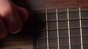Secuencias conmovedoras de la mano del guitarrista vídeo de la macro 4K almacen de metraje de vídeo