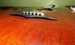 Secuencias de la guitarra de la caja de color rojo en una visión más cercana Imágenes de archivo libres de regalías