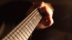 Secuencias y cuello de la guitarra almacen de metraje de vídeo