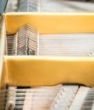 Secuencias y martillos dentro del piano clásico fotografía de archivo