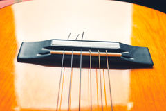 Secuencias y puente de una guitarra amarilla y anaranjada Imagen de archivo
