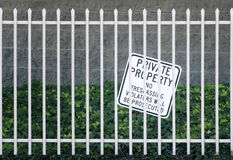 Security Iron fence and no trespassing sign Royalty Free Stock Photos