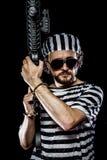 Security.Prison-Aufstandkonzept. Mann, der ein Maschinengewehr, prisone hält Stockbilder