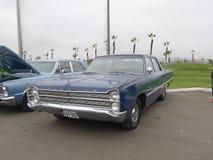 Sedán azul de la furia de Plymouth exhibido en Lima foto de archivo