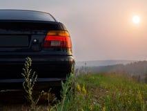 Sedán del coche contra la perspectiva de la naturaleza del verano Fotos de archivo libres de regalías