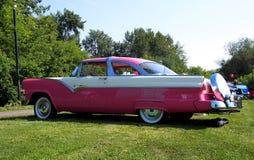 Sedán rosado y blanco clásico restaurado Foto de archivo libre de regalías