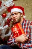 SED孤独的书呆子垂直的照片有圣诞节礼物的 免版税库存图片