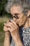 Sed de la mujer mayor Imagen de archivo