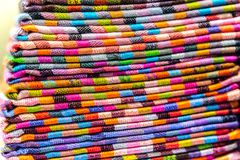 seda, bufandas de la cabeza de la cachemira o mantones y telas integrados por una pila fotografía de archivo libre de regalías