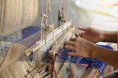 Seda de la armadura del Phon de la prohibición de Praewa, gusano de seda en Kalasin, Tailandia Foto de archivo libre de regalías