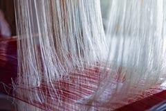 Seda do Weave do Phon da proibição de Praewa, bicho-da-seda em Kalasin, Tailândia Foto de Stock