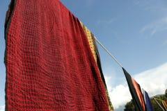 Seda tailandesa con el fondo del cielo azul Foto de archivo libre de regalías