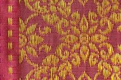 Seda tailandesa do teste padrão floral dourado Fotografia de Stock Royalty Free