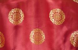 Seda vermelha com teste padrão bordado ouro de brocado Imagens de Stock Royalty Free