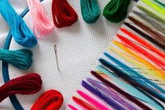 Seda y aguja en el aro para el bordado Imagen de archivo