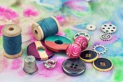 Seda y baratijas para la costura Foto de archivo libre de regalías