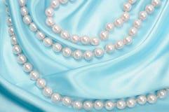Seda y perlas azules Imagenes de archivo