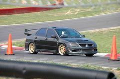 Sedan da evolução de Mitsubishi que conduz no curso de raça Fotografia de Stock Royalty Free