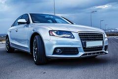 Sedan desportivo de Audi do alemão em uma estrada da montanha do enrolamento imagem de stock