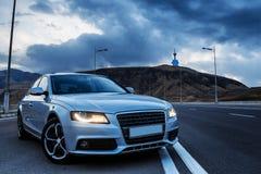 Sedan desportivo de Audi do alemão em uma estrada da montanha do enrolamento closer fotografia de stock