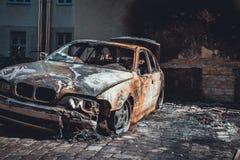 Sedan luxuoso moderno para fora queimado em um pátio Fotografia de Stock Royalty Free
