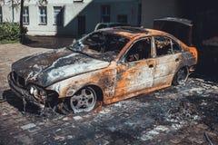 Sedan luxuoso totalmente destruído para fora queimado Imagens de Stock