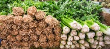 Sedano fresco accatastato su un supporto in un mercato di frutta Immagine Stock