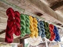 Sedas multicoloras suspendidas Foto de archivo libre de regalías