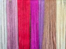 Sedas naturales multicoloras Tintes orgánicos del lao, Luang Phabang fotos de archivo