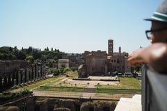 Sedda Neros slott och Roman Forum bildar överkanten av Colosen royaltyfria bilder