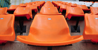 Sede arancione e bianca in stadio Fotografie Stock Libere da Diritti