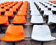 Sede arancione e bianca in stadio Fotografie Stock