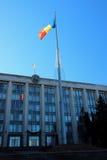 Sede del parlamento e la bandiera tricolore, il 13 dicembre 2014, Chisinau, Moldavia Fotografie Stock