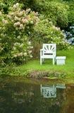 Sede di giardino dal lago Fotografie Stock