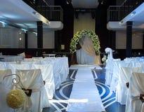 Sede di nozze con le sedie e l'altare decorati Fotografie Stock Libere da Diritti